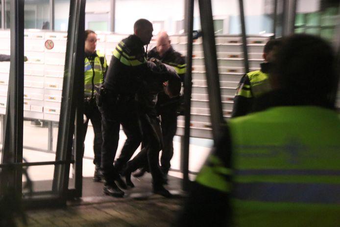 De man wordt aangehouden
