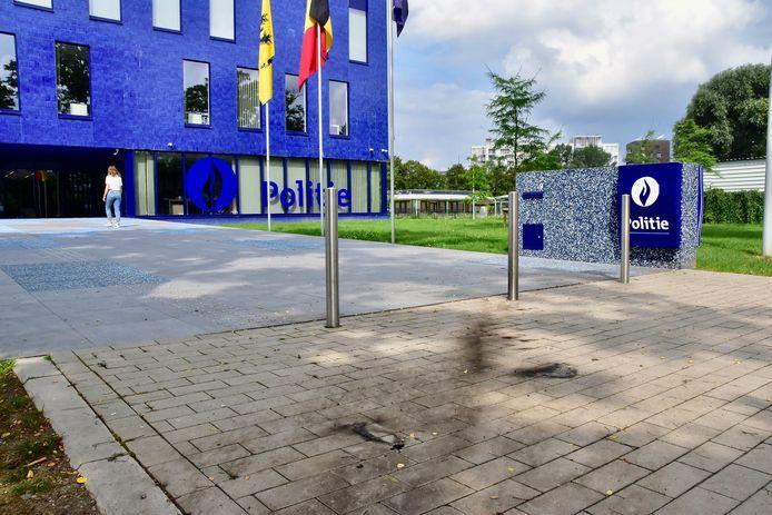 De molotovcocktails die woensdagnacht aan de voorkant van het politiegebouw langs de Minister de Taeyelaan in Kortrijk werden gegooid, lieten duidelijk hun sporen na op de klinkers aan het voorplein van het commissariaat.
