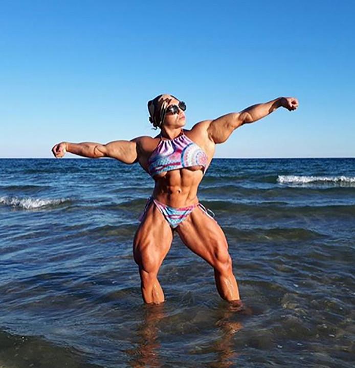 Gespierdste vrouw ter wereld gaat weer bodybuilden