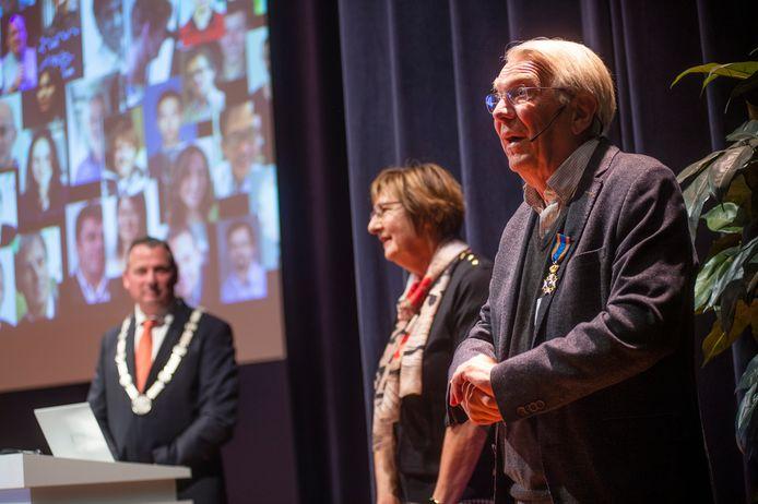 Hoogleraar Dick Broer (rechts) heeft donderdag op de TU/e een koninklijke onderscheiding uitgereikt gekregen.