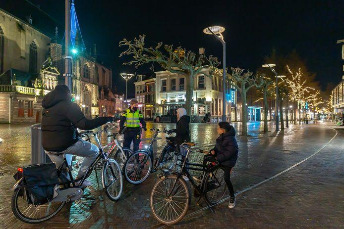 Controle op de Grote Markt in Zwolle.