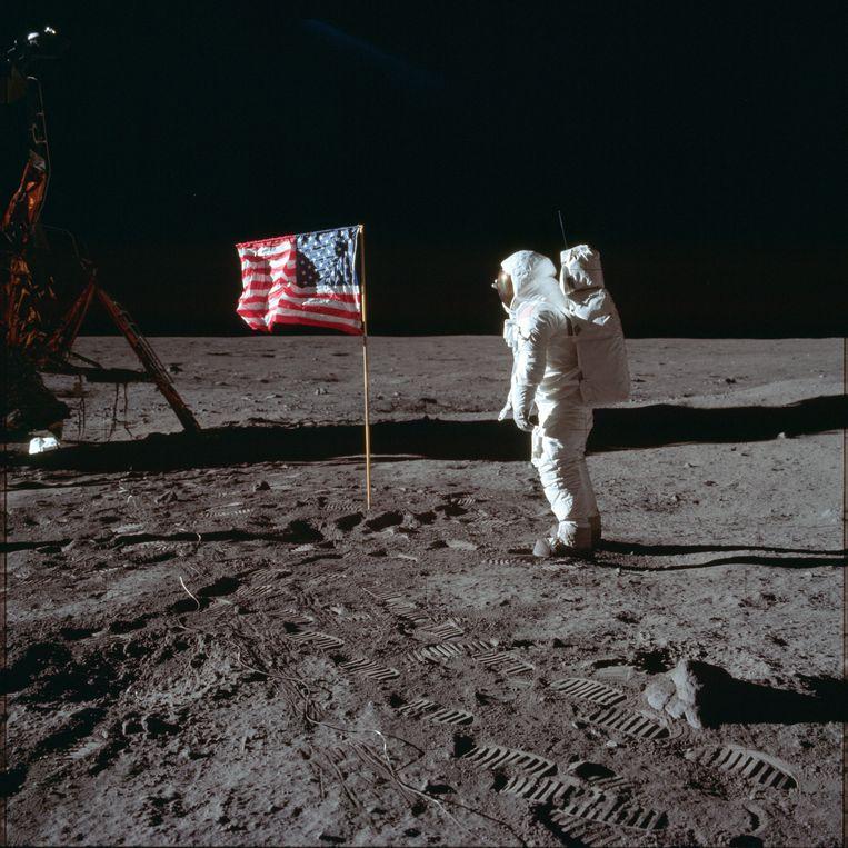 Armstrong en Aldrin zagen de Amerikaanse vlag omvallen nadat ze opstegen. Dat detail hebben ze lange tijd voor zichzelf gehouden.  Beeld AP
