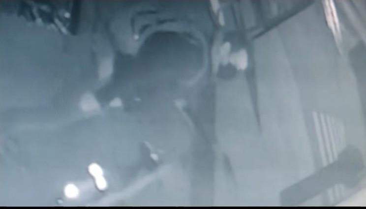 De dader arriveert met zijn fiets aan de automaat van de bakker in Kortrijk.