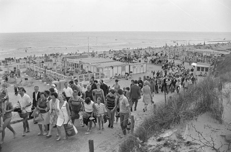 Uittocht op het strand bij Bloemendaal na een onweersbui, mei 1967  Beeld Nationaal Archief