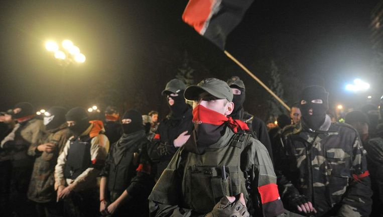 Leden van Pravy Sektor zwaaiden gisterenavond met hun zwart-rode vlaggen. Beeld BELGA