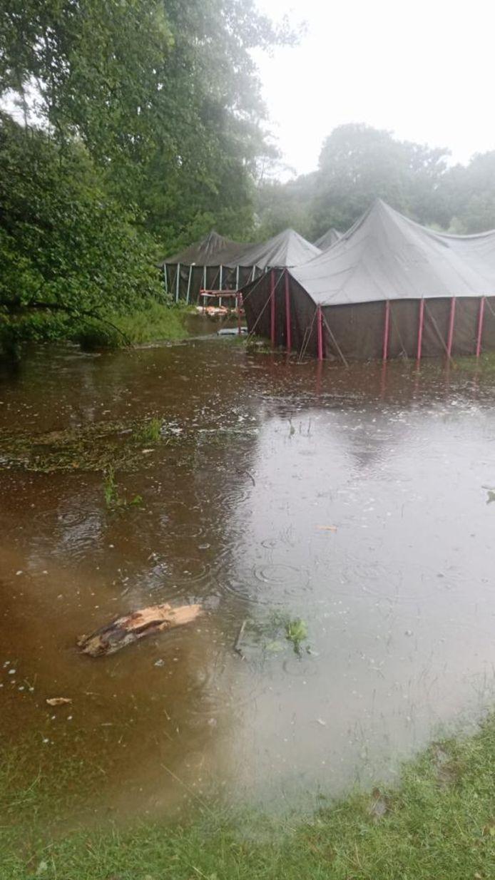 De tenten staan onder water.