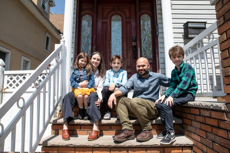 De familie Benenson buiten hun woning in Brooklyn, New York. Beeld Jackie Molloy