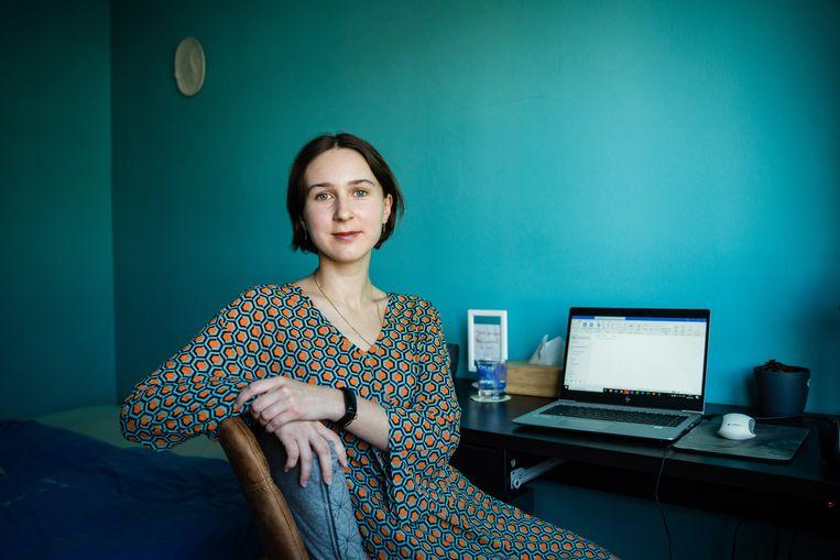 Lara Delacourt kreeg een laptop van haar werkgever, zelf kocht ze een bureau. En daar blijft ze ook in de toekomst graag aan werken. Beeld Wouter Van Vooren
