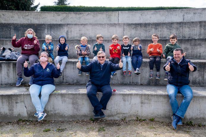 Jaak Van Assche brengt een bezoek aan het kamp. De tien deelnemers, Cindy Goovaerts en schepen Pascal Vercammen poseren mee