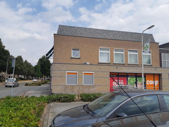 Tot enige tijd geleden zat in deze muur bij de parkeerplaats aan het Burgemeester van Houtplein een pinautomaat. Die verhuisde later naar binnen de COOP-supermarkt, maar daar verdween de automaat vorig jaar zomer. Nu komt op de parkeerplaats een pinbox terug.