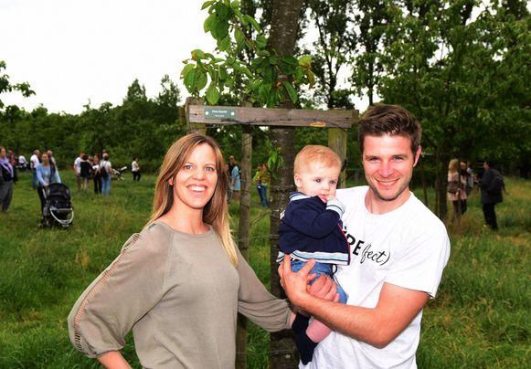 De kleine Finn met zijn ouders bij zijn geboorteboom in paddenbroek