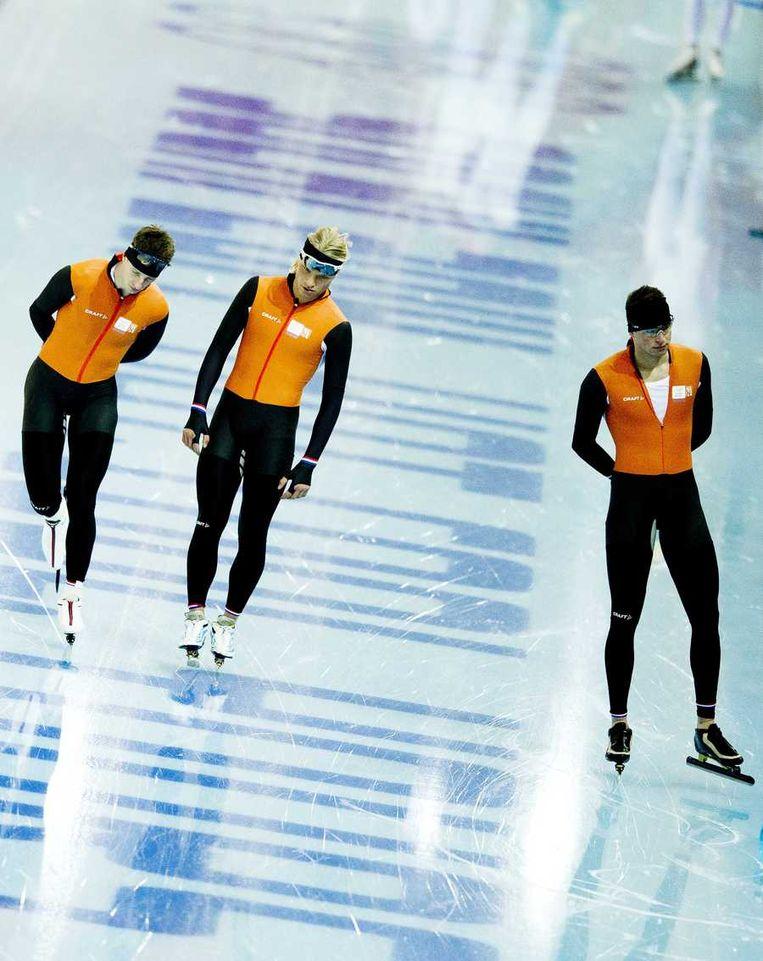 Jorrit Bergsma (links) en Sven Kramer (rechts) tijdens een training voor de ploegenachtervolging met Koen Verweij (midden) Beeld anp