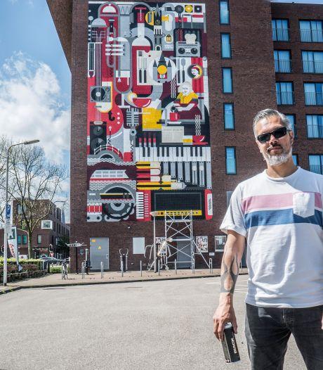 Metershoge muurschildering op Hampshire Hotel in Delft is af