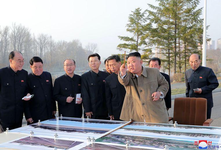 De Noord-Koreaanse leider Kim Jong-un (in lichte jas) op een donderdag door het staatspersbureau KCNA gepubliceerde foto. Beeld AFP