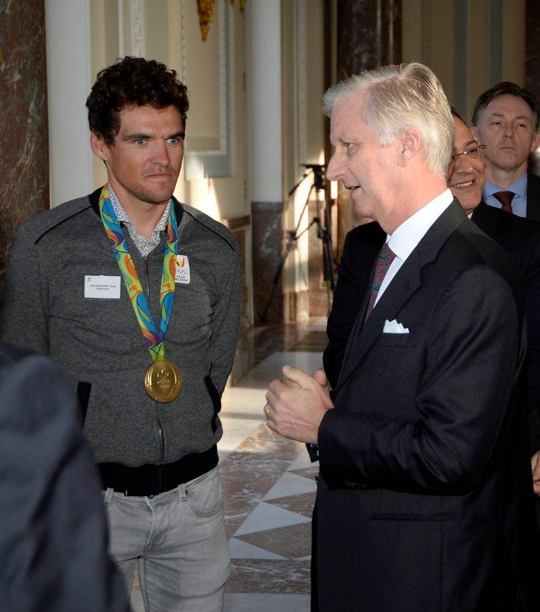 Koning Filip in gesprek met Greg Van Avermaet. Beeld Photo News