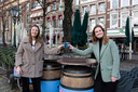 Suzan van Leeuwen en Emilie Verhaar (met groene jas) hebben de afgelopen twee maanden het Quarantaine Kookboek gemaakt.