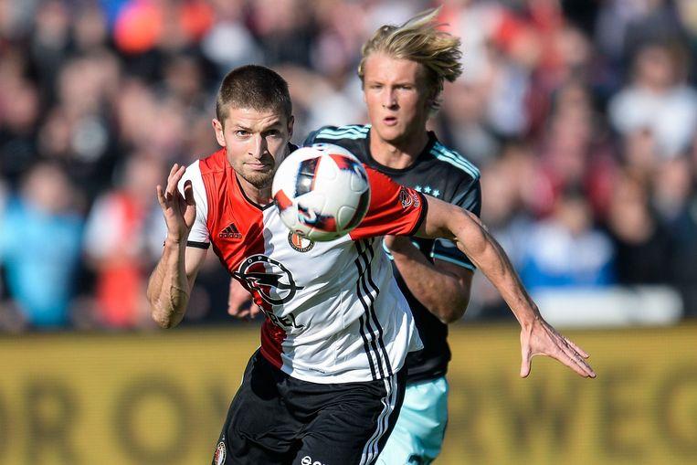 Jan-Arie van der Heijden in duel met Ajacied Kasper Dolberg tijdens Feyenoord-Ajax van oktober vorig jaar. Beeld Photo News