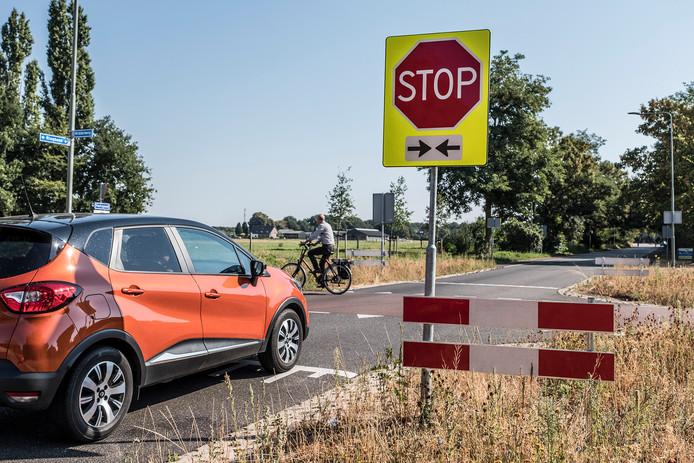 De kruising op de Middelweg en Ringbaan in Molenhoek is gevaarlijk voor fietsers omdat veel  auto's het verplichte stopbord negeren.