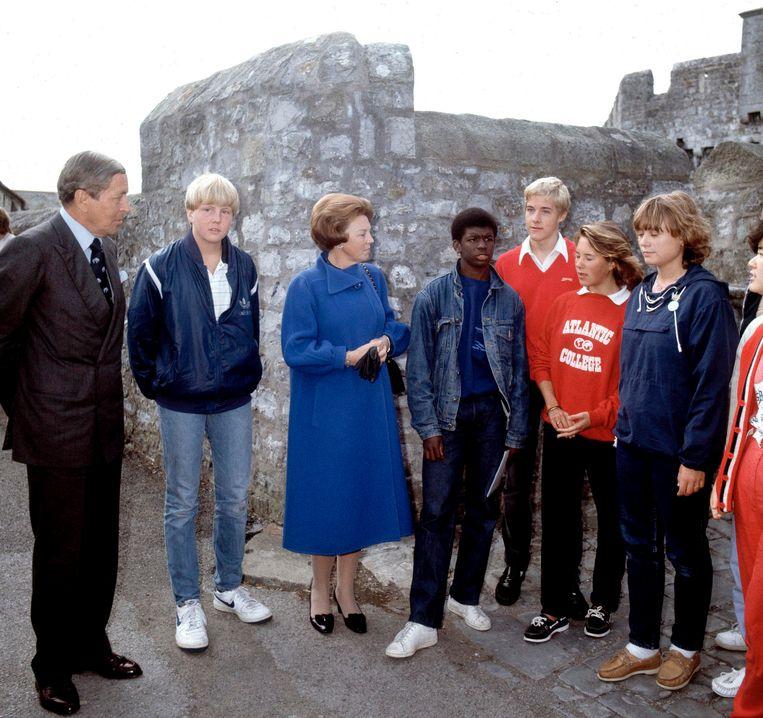 Koning Willem-Alexander, hier met zijn ouders prins Claus en koningin Beatrix en een aantal medescholieren, heeft ook op het UWC in Wales gezeten. Beeld Hollandse Hoogte / Capital Photo