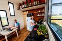 Charlotte (23) woont samen met haar man Dirk van der Zwan (25) in een van de tiny houses tussen het Park Zuidbroek en de Nijbroekseweg in Apeldoorn. Ze waren daar één van de eerste bewoners.