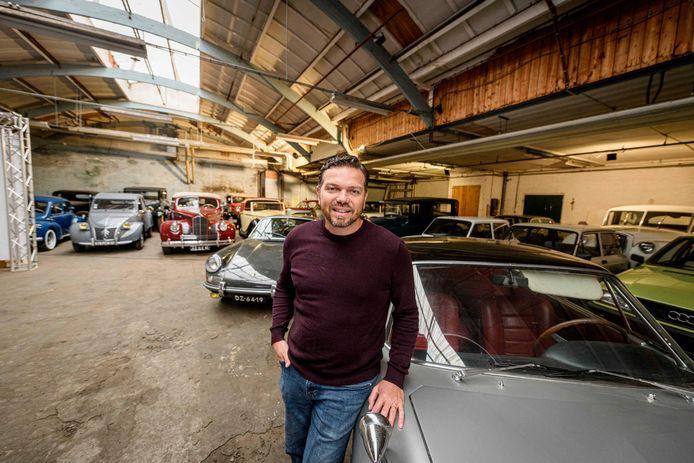 """Dennis Otten bij een Fiat 2300 coupé van Ghia. """"Ik heb zelf vooral wat met design en techniek, wat klassiekers betreft."""""""