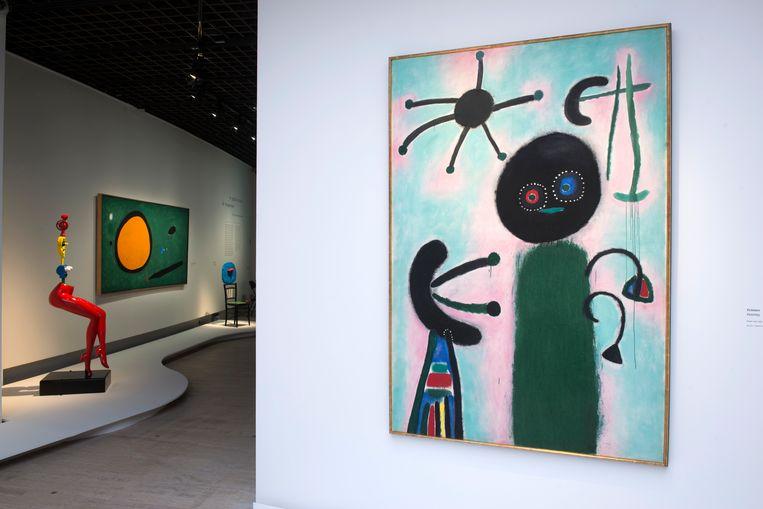 Biomorfe gestaltes, kronkelige lijnen en een steeds weerkerende mengelmoes van groen, blauw, zwart en rood zijn de elementen die Miró gebruikt. Beeld © Rmn-Grand Palais / Photo Didier Plowy