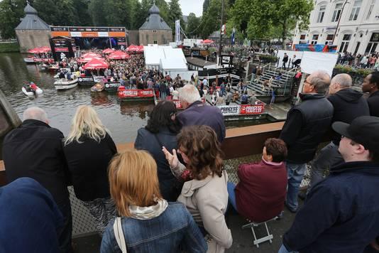De Spinola ingebouwd tussen publiek, kade en ponton tijdens het Spanjaardsgatfestival 2014.
