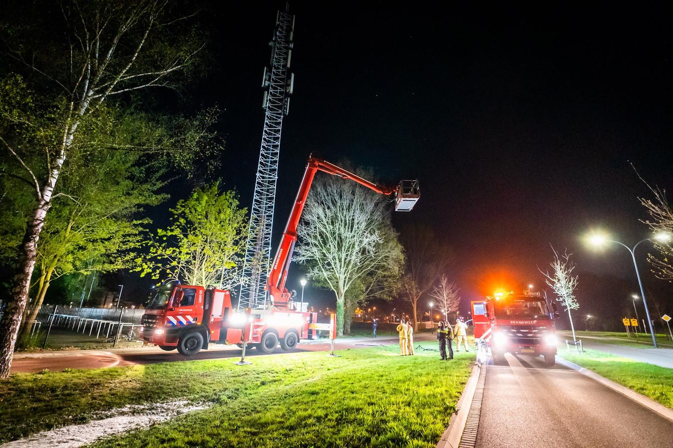 De brandweer is present met een hoogwerker bij een zendmast in het Brabantse Nuenen.