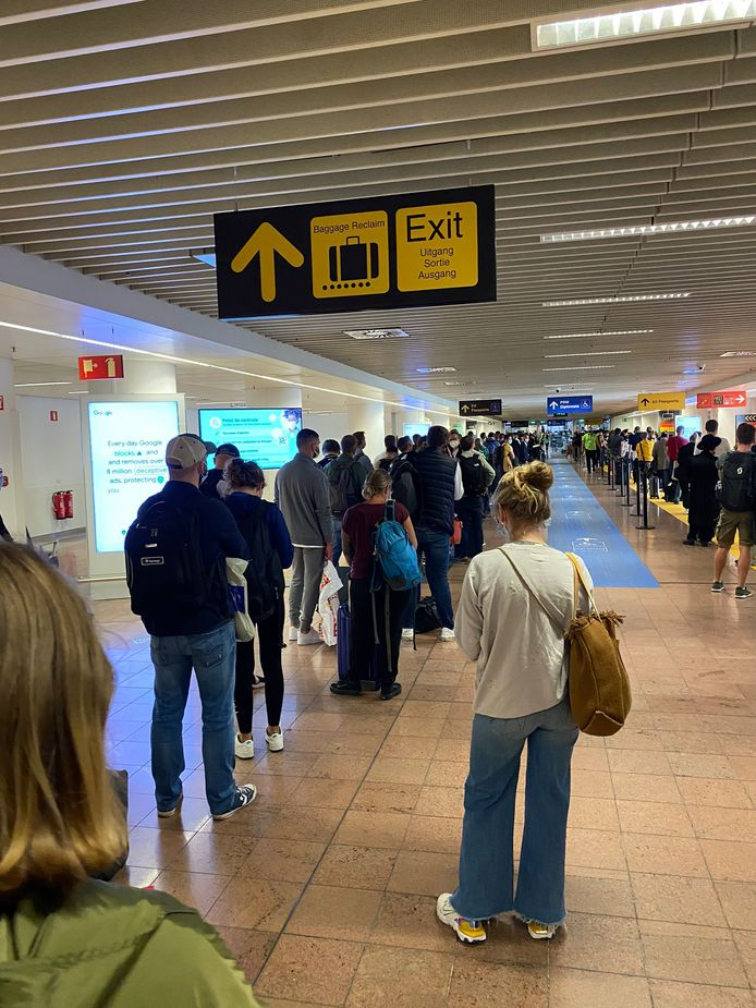 Urenlange file in Brussels Airport