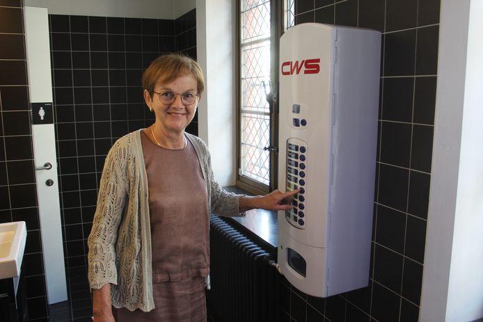 Schepen Marleen Van den Bussche test de nieuwe automaat uit.