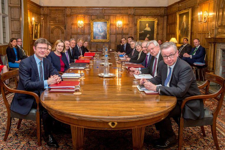 De Britse premier Theresa May met haar belangrijkste ministers in Chequers. Beeld REUTERS
