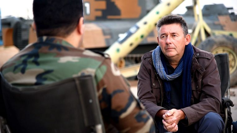 Rudi Vranckx in gesprek met een militair.  Beeld © VRT 2017