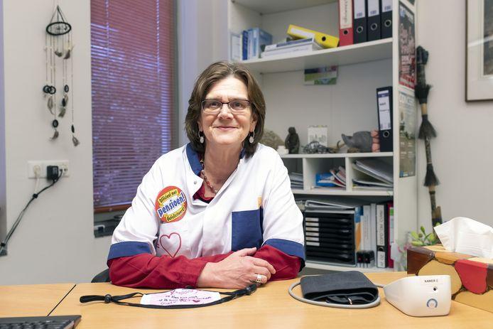 Huisarts Jeanette Silvius is per 1 januari met pensioen. Collega's versierden op haar laatste werkdag haar doktersuniform.