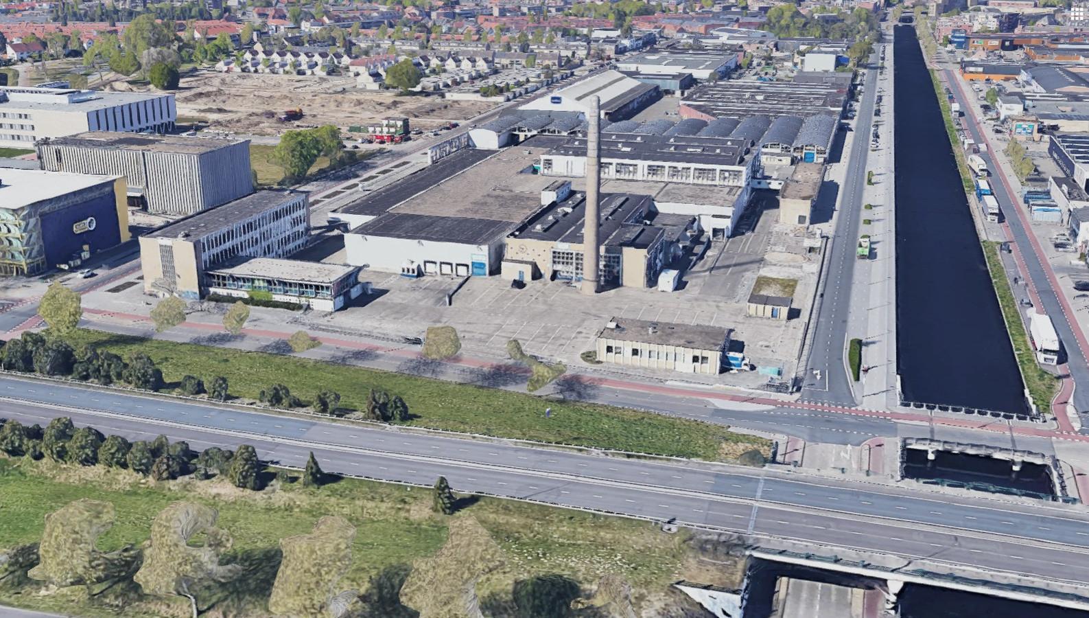 Google Maps-beeld van het Campinaterrein in Eindhoven met op de voorgrond de Ring, de Hugo van der Goeslaan op een wel heel stil moment. De  weg met veel verkeer maakt woningbouw lastig op het terrein.