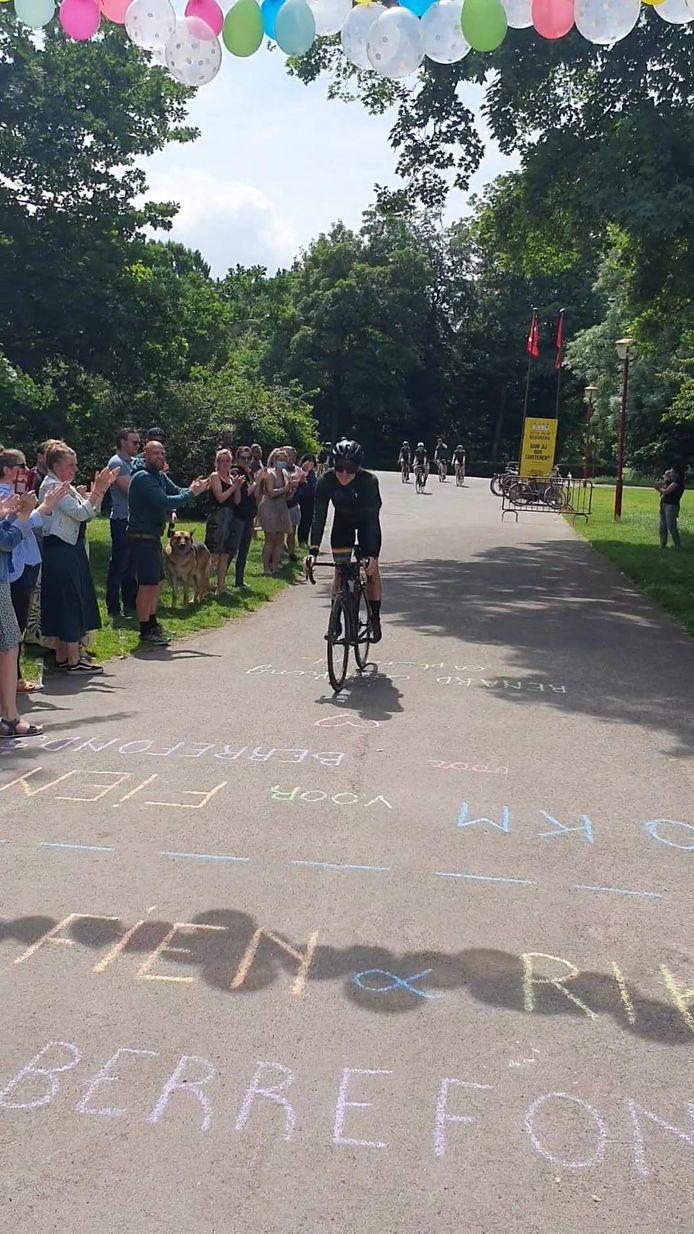 De aankomst van de fietsrit voor het Berrefonds in het Te Boelaerpark in Borgerhout.