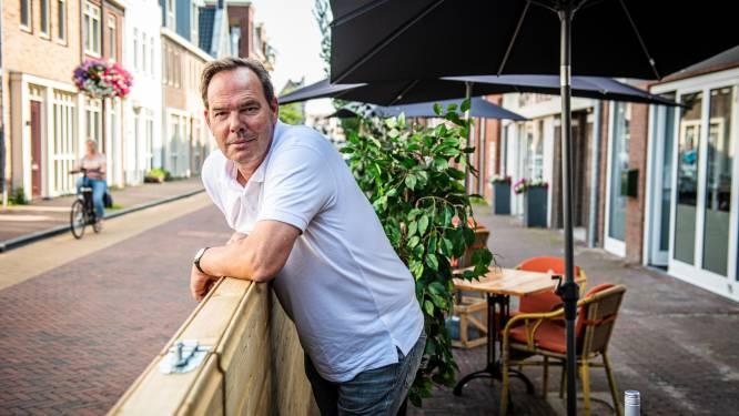 Kroegbaas Peter baalt: hij moet zijn uitgebreide terras weer afstaan voor parkeerplekken. 'Ik schijt van dit beleid'