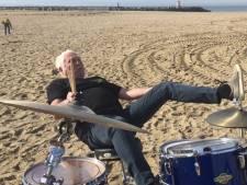 Cesar Zuiderwijk valt van zijn drumkrukje: nog even oefenen misschien?