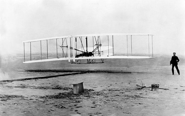 Wilbur Wright ziet vanop de grond hoe zijn broer Orville op 17 december 1903 de eerste geslaagde gemotoriseerde vlucht ooit maakt in Kitty Hawk, North Carolina. Het vliegtuig, de Wright Flyer, bleef twaalf seconden in de lucht en legde een afstand van bijna 37 meter af. Beeld AP