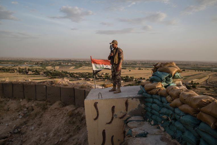 Een Iraakse soldaat houdt de grens met Syrië in de gaten. De grenzen zijn poreus, en de pro-Iraanse hashd-milities maken ervan gebruik om hun actieterrein naar Syrië te verleggen. Beeld Hawre Khalid