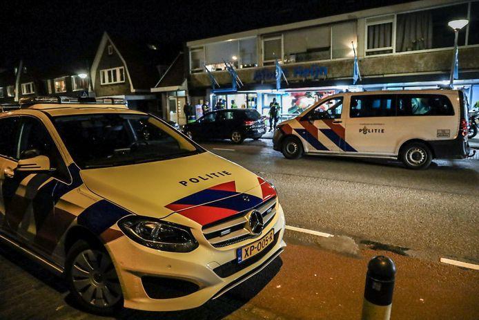 Na de overval arriveerde de politie met meerdere voertuigen en agenten in kogelwerende vesten.