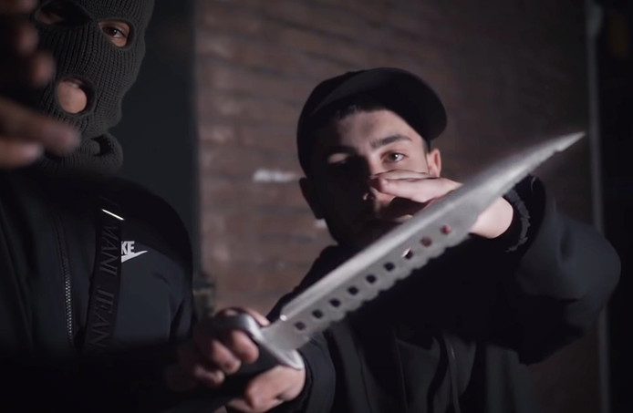 In een videoclip van SK6, een rapgroep uit het Schipperskwartier zijn grote messen te zien. 'Twee lange shanks (messen) op me hip. Niemand toucht mij. Ik word niet aangetikt', rappen ze.