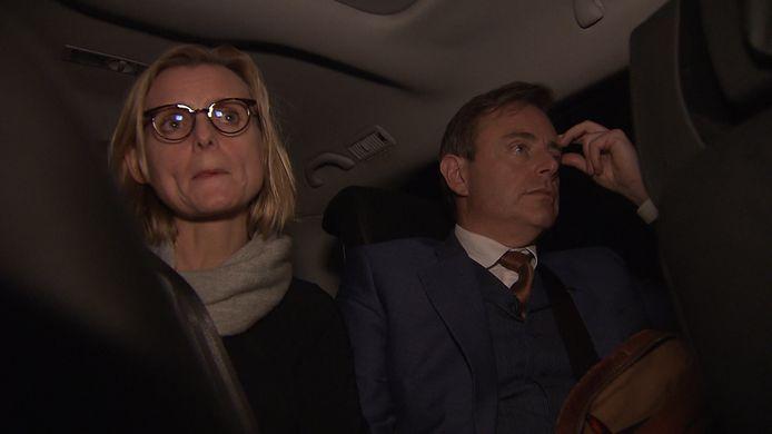 In de wagen met z'n vrouw Veerle.