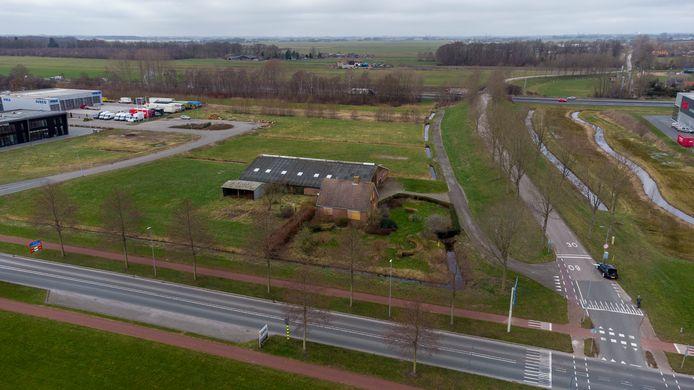 De Voskuilerdijk (rechts) gaat een belangrijke rol spelen in de nieuwe aansluiting op de A28, die op deze foto op de achtergrond te zien is. De dichtgetimmerde boerderij zal moeten wijken