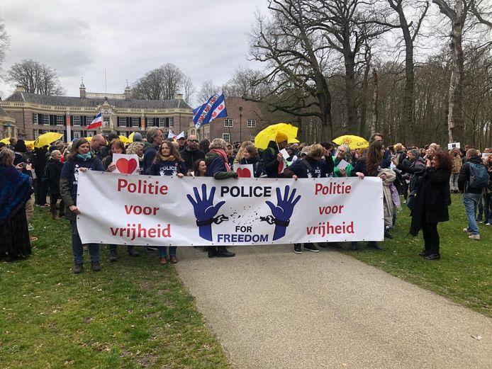 De demonstranten tonen een spandoek.