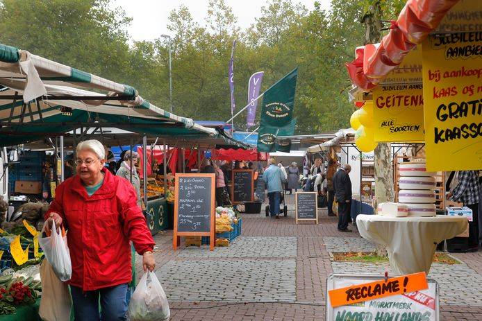 De Oosterbeekse weekmarkt op donderdag op het Raadhuisplein.