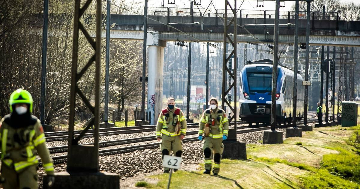 Fietser ontsnapt aan dood bij botsing met trein op onbewaakte spoorwegovergang.
