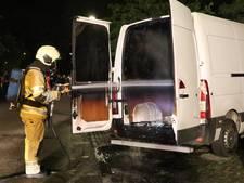 Onrustig Kanaleneiland: bestelbus uitgebrand en bus bekogeld