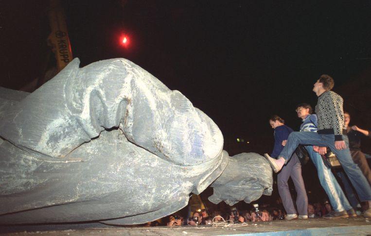 23 augustus 1991: betogers in Moskou vieren het omvertrekken van het beeld van KGB-oprichter Dzerzjinski.  Beeld AP