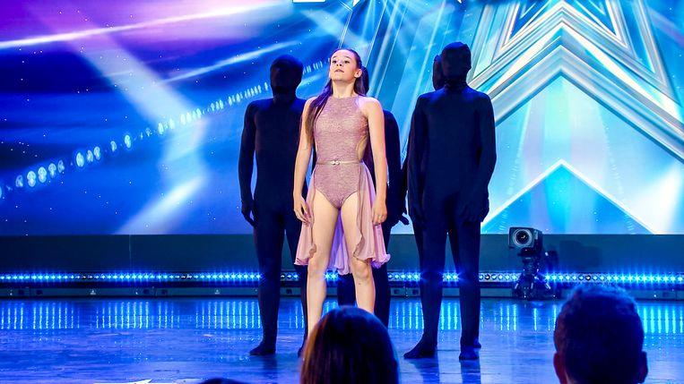 Lana staat op het podium samen met haar schaduwen.