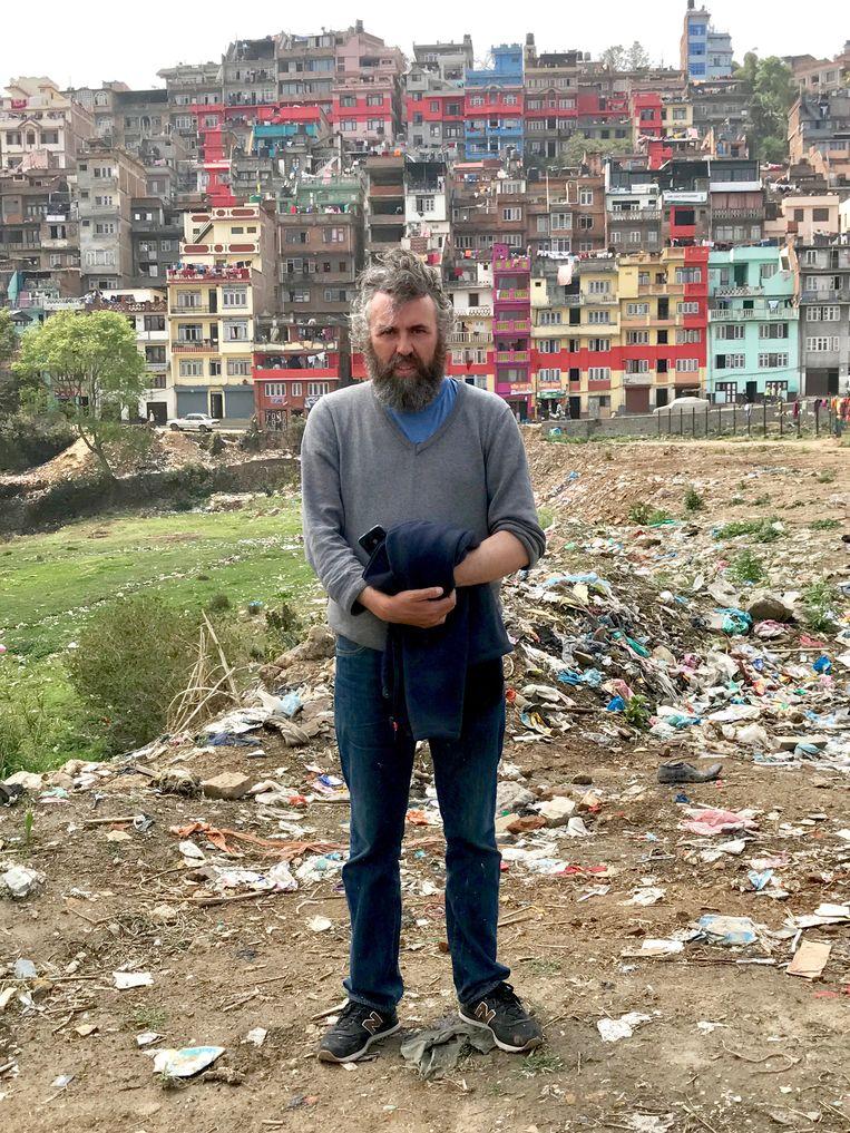 Van Cauteren in Kathmandu. De stad is nog herstellende van de aardbeving van twee jaar geleden. Op de achtergrond: een stuk stadskunst. Beeld rv Ben Van Alboom